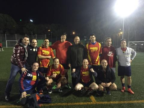 Equipo de la Liga de los Domingos Noche celebrando una victoria